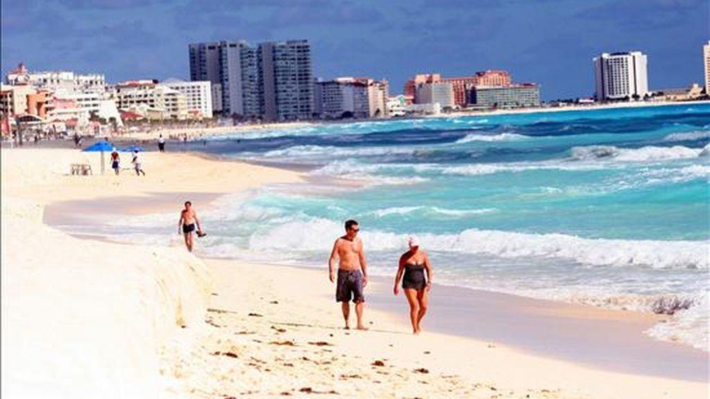 Turistas disfrutan el 26 de noviembre del cálido clima del centro de recreo de Cancún. EFE