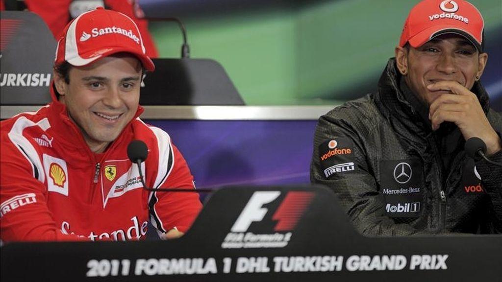 El piloto británico de Fórmula Uno, Lewis Hamilton, (McLaren Mercedes), (d), y el brasileño Felipe Massa (Ferrari), comparecen ante los medios en el circuito de Estambul, Turquia. El Gran Premio de F1 de Turquia se celebrará el 8 de mayo de 2011. EFE