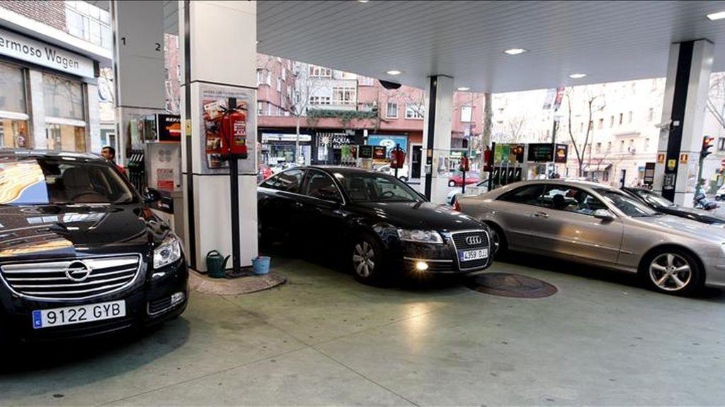 Varios vehículos repostan en una gasolinera de la capital. EFE/Archivo