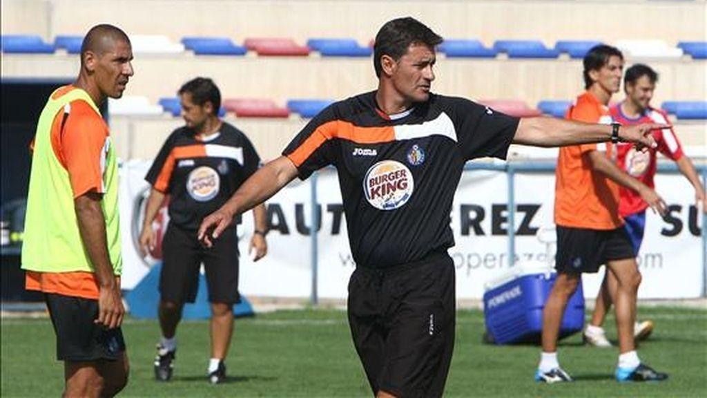 """José Miguel González, """"Míchel"""", entrenador del Getafe, da instrucciones durante el entrenamiento. EFE/Archivo"""