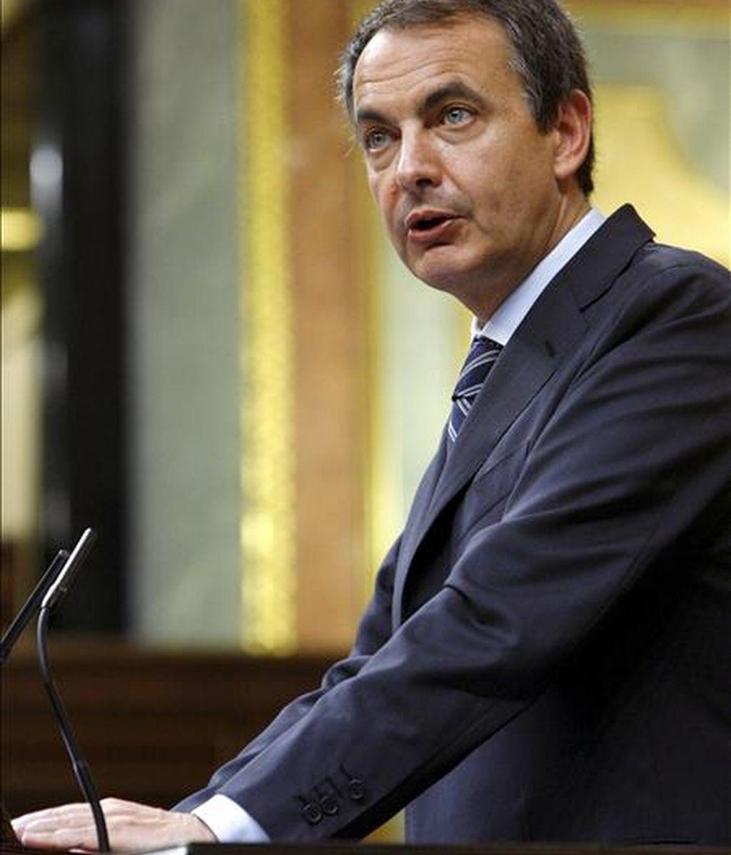 El presidente del Gobierno, José Luis Rodríguez Zapatero, durante una de sus intervenciones en la sesión de control al Ejecutivo que se celebra en el Congreso, y en la que se habla, entre otros asuntos, de las críticas del Banco de España al aumento del déficit público. EFE