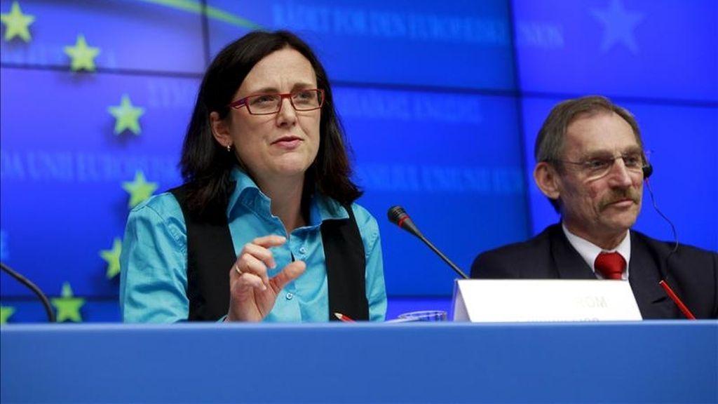 La comisaria europea de Interior Cecilia Malmstrom (izq) y el ministro de Interior de Hungría, Sandor Pinter, cuyo país preside la UE este semestre, ofrecen una rueda de prensa en Bruselas. EFE