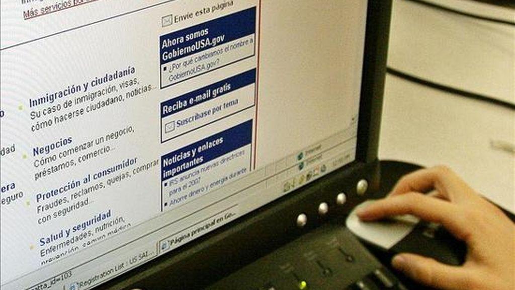 Una usuaria navega por internet. EFE/Archivo