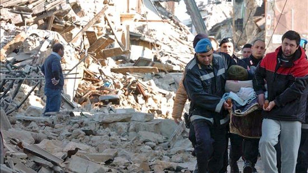 Miembros de los servicios de rescate evacúan a un herido tras el terremoto de 5,8 grados de magnitud en la escala de Richter que sacudió el centro de Italia durante la madrugada, en Onna, en la región de L'Aquila (Italia). EFE