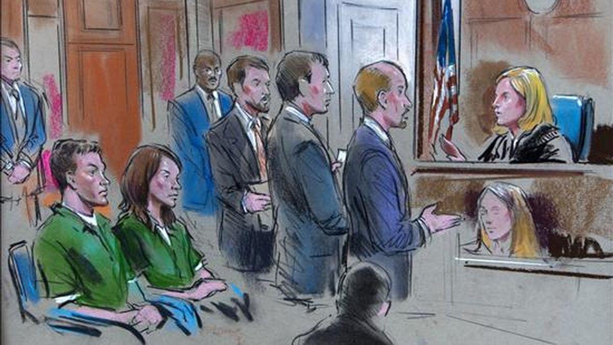 Imagen de un bosquejo que muestra a los tres abogados de los dos involucrados en una presunta red de espionaje en Estados Unidos en favor de Rusia, Michael Zottoli (i) y Patricia Mills (2i), ante la jueza Theresa Buchanan (d) en la Corte Distrital de Estados Unidos, en Alexandria, Virginia (EEUU). EFE