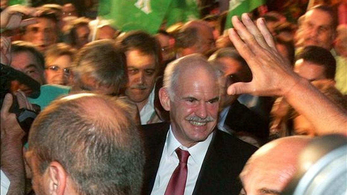 El líder del Movimiento Socialista Panhelénico (PASOK), George Papandreou (c), celebra en Atenas la victoria de su partido en las elecciones europeas con un 36,33% de los sufragios frente al 33,46% de la gobernante Nueva Democracia, con el 62 por ciento de los votos escrutados. EFE