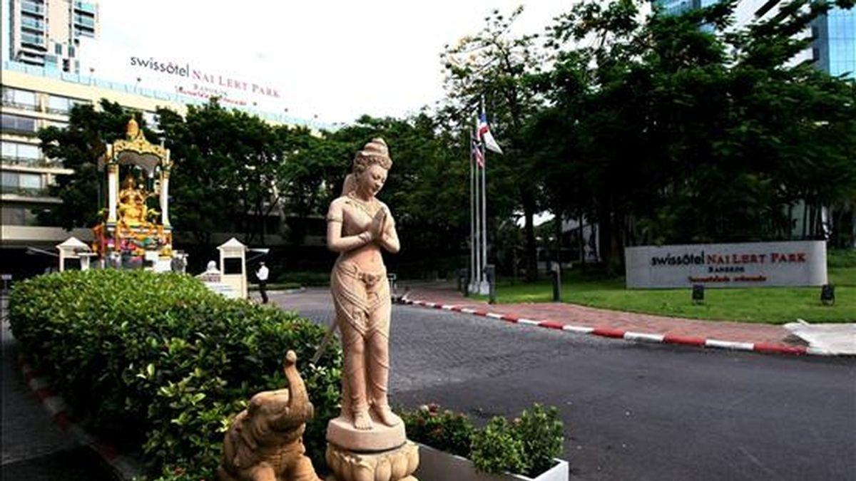Fotografía de este 5 de junio en la que se observa una estatua a la entrada del hotel de cinco estrellas Swissotel Nai Lert Park en Bangkok (Tailandia), en el que los reporteros tailandeses informan que se encontró en un guardaropa de un cuarto el cuerpo del actor estadounidense David Carradine, de 72 años de edad. EFE