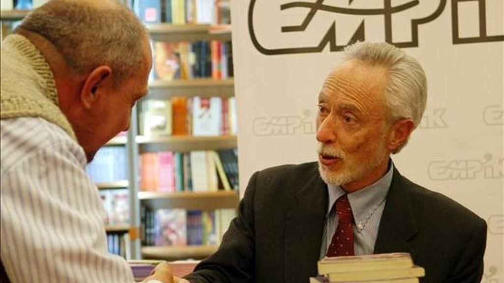 """El escritor sudafricano y Premio Nobel de Literatura John Maxwell Coetzee firma ejemplares de su novela """"Elizabeth Costello"""", en Varsovia (Polonia). EFE/Archivo"""