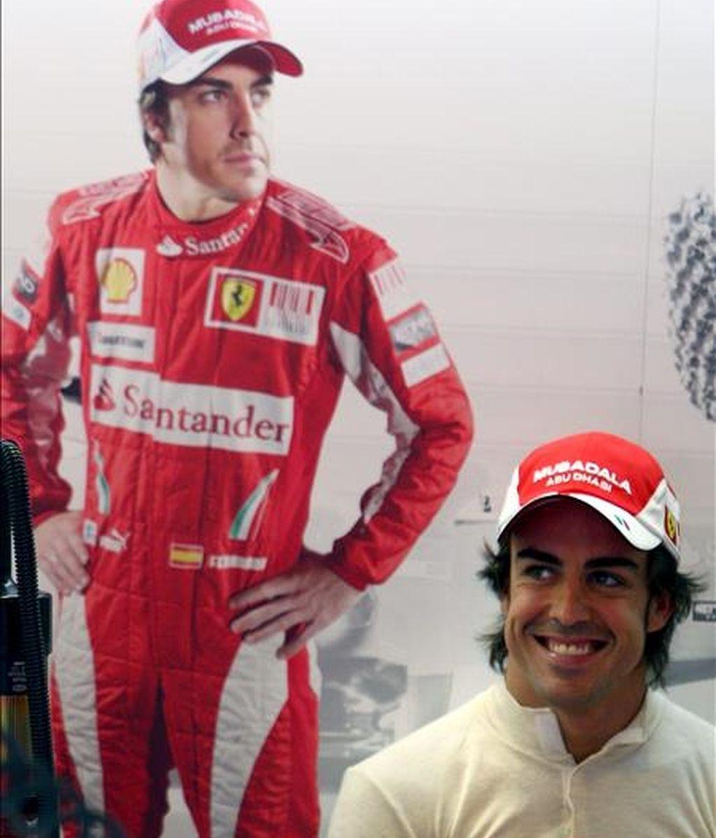 El piloto español de Fórmula Uno Fernando Alonso, de Ferrari, sonríe durante la primera sesión de entrenamientos libres en el circuito Hungaroring en Mogyorod, al noreste de Budapest (Hungría). EFE