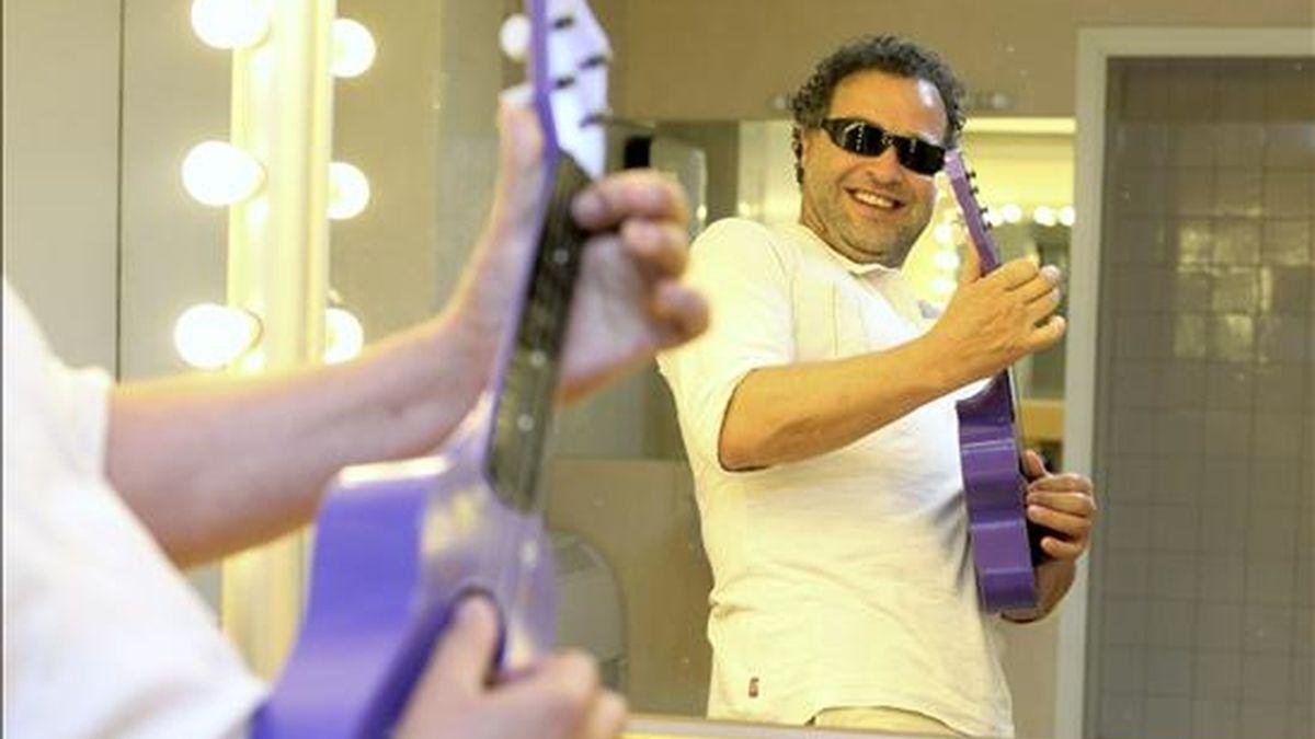 El director del Festival de la Guitarra de Córdoba, Ramón López, bromea con una guitarra de juguete tras la entrevista concedida a Efe en la que ha hecho balance de los 30 años de este certamen, que arranca de nuevo esta próxima semana. EFE
