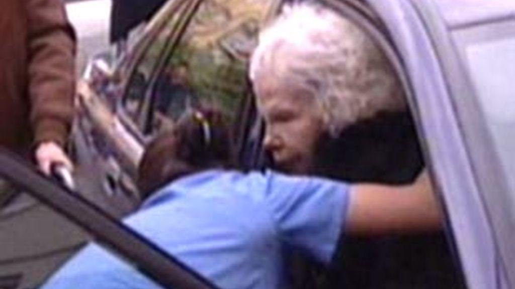 La duquesa es ayudada a salir del coche
