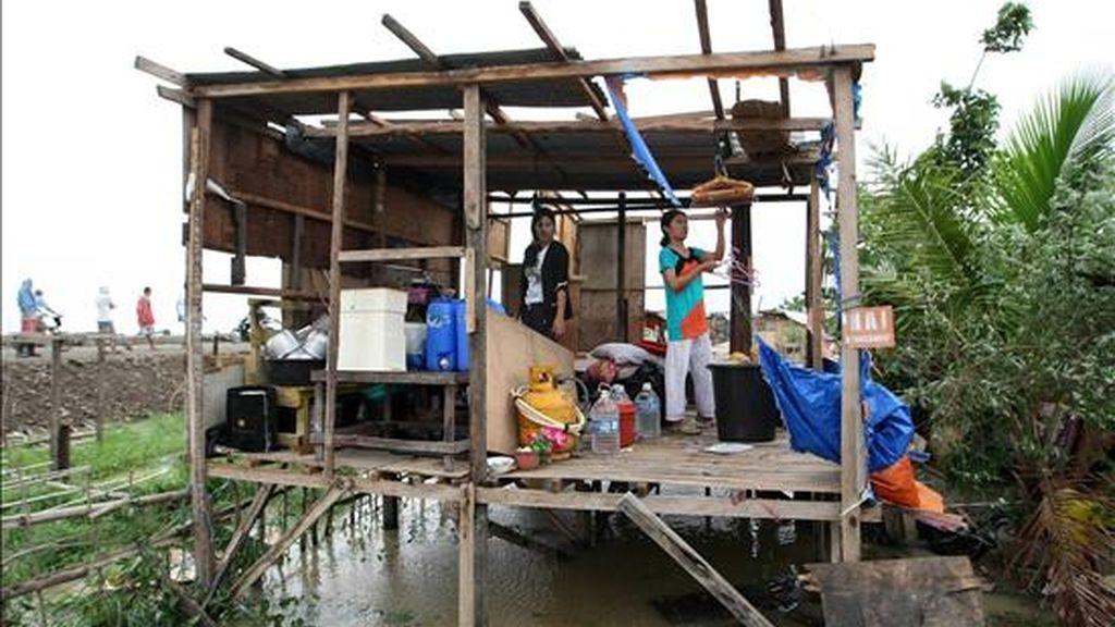 """Filipinos cuidan sus pertenencias hoy después de los fuertes vientos del tifón """"Conson"""" en la población de Taytay, provincia de Rizal, al este de Manila (Filipinas). EFE"""
