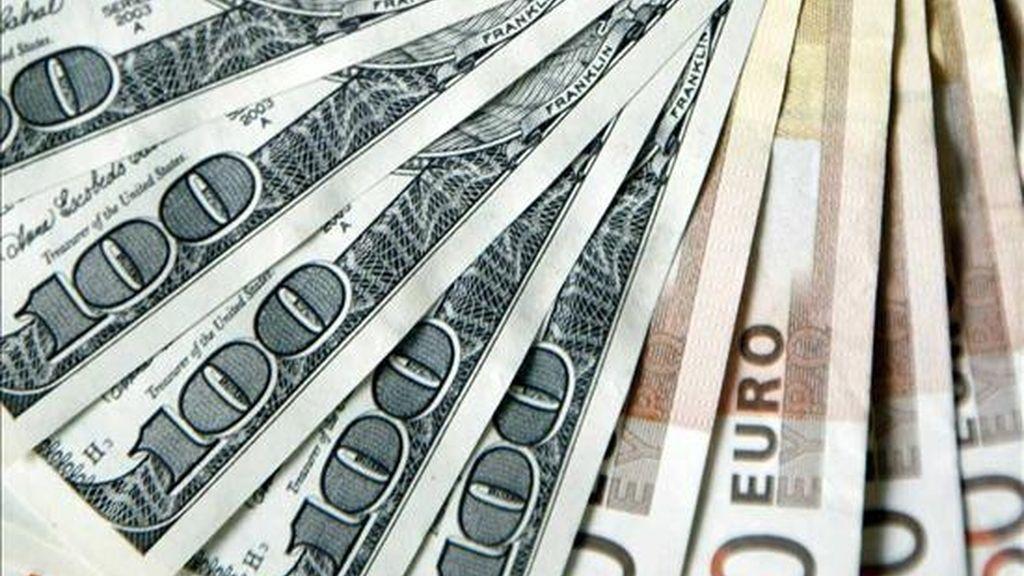 """Para adquirir una moneda estadounidense se necesitaban hoy 0,7781 euros, frente a los 0,7669 euros del día anterior. Respecto de la divisa japonesa, el """"billete verde"""" se cambiaba por 89,41 yenes, frente a los 89,22 yenes de la sesión anterior. EFE/Archivo"""