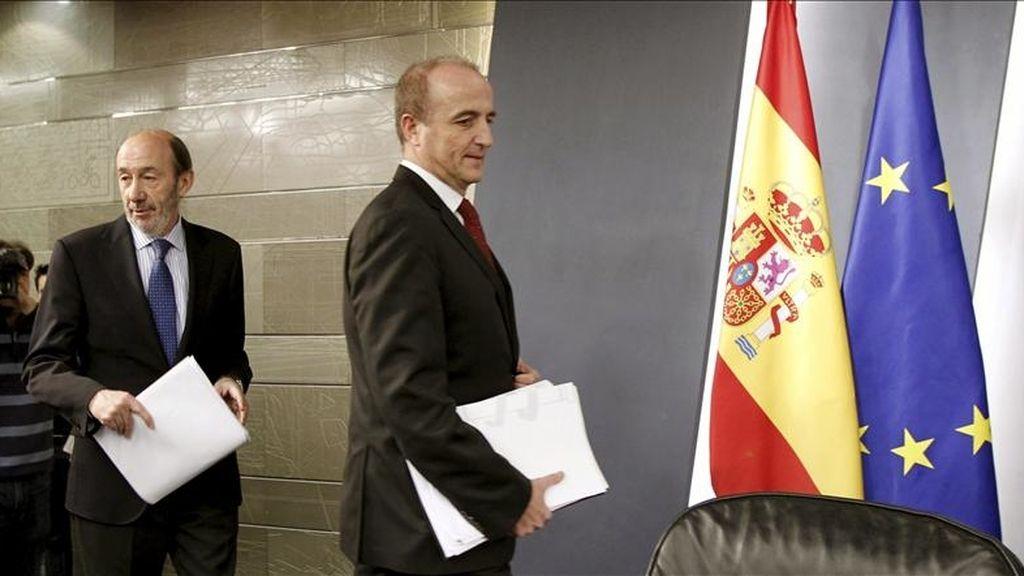 El vicepresidente, minsitro del Interior y portavoz del Gobierno, Alfredo Pérez Rubalcaba (i), y el ministro de Industria, Miguel Sebastián, antes de la rueda de prensa al finalizar el Consejo de Ministros. EFE/Archivo