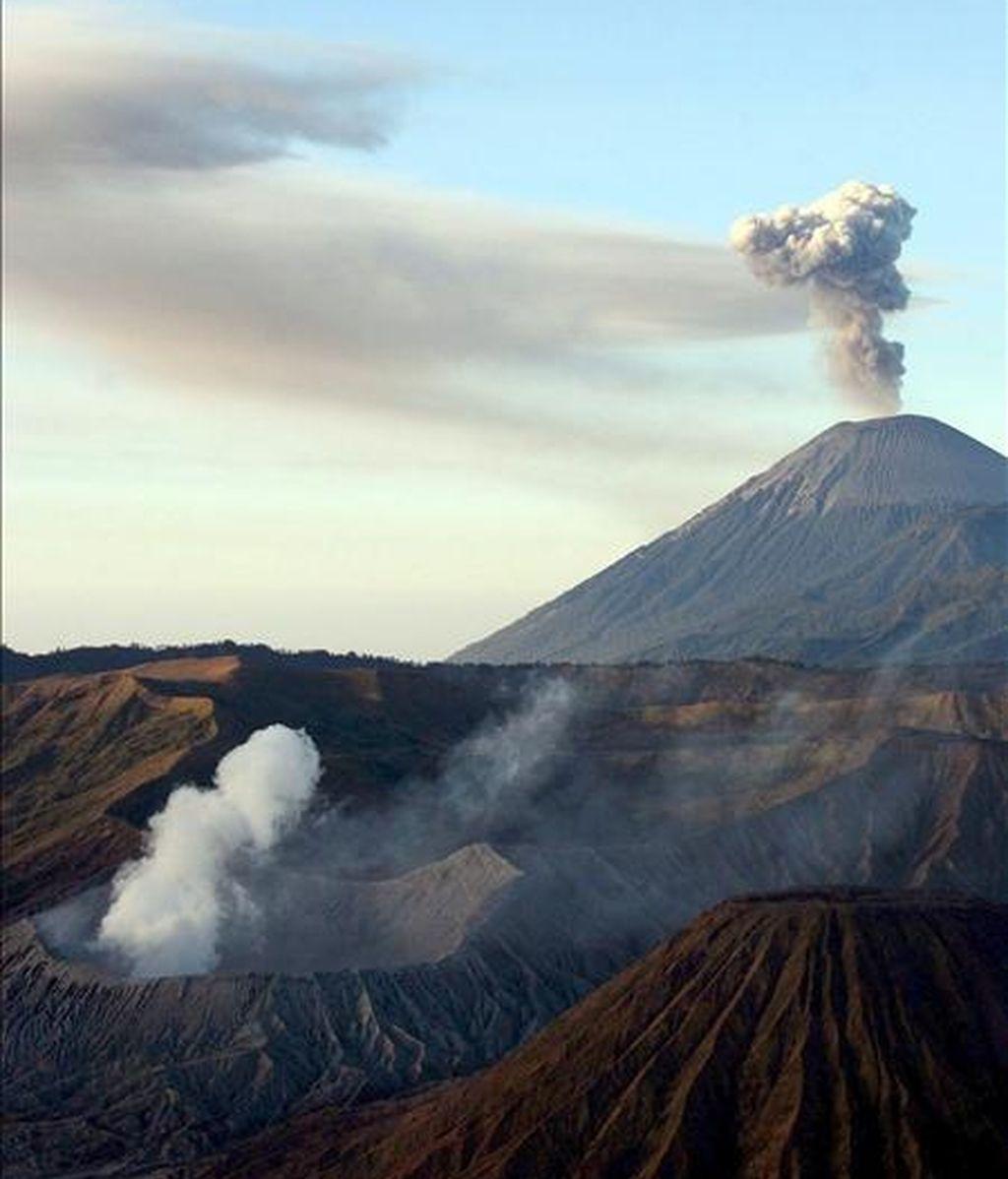 Fotografía de archivo fecha del 10 de septiembre de 2006 que muestra humo que sale del Monte Bromo (delante) y del Monte Semeru (detrás), cerca de Penanjakan, en el pueblo de Puspo, Pasuruan, Java Oriental (Indonesia). Las autoridades han decretado alerta roja ante la actividad del volcán Bromo. EFE/Archivo