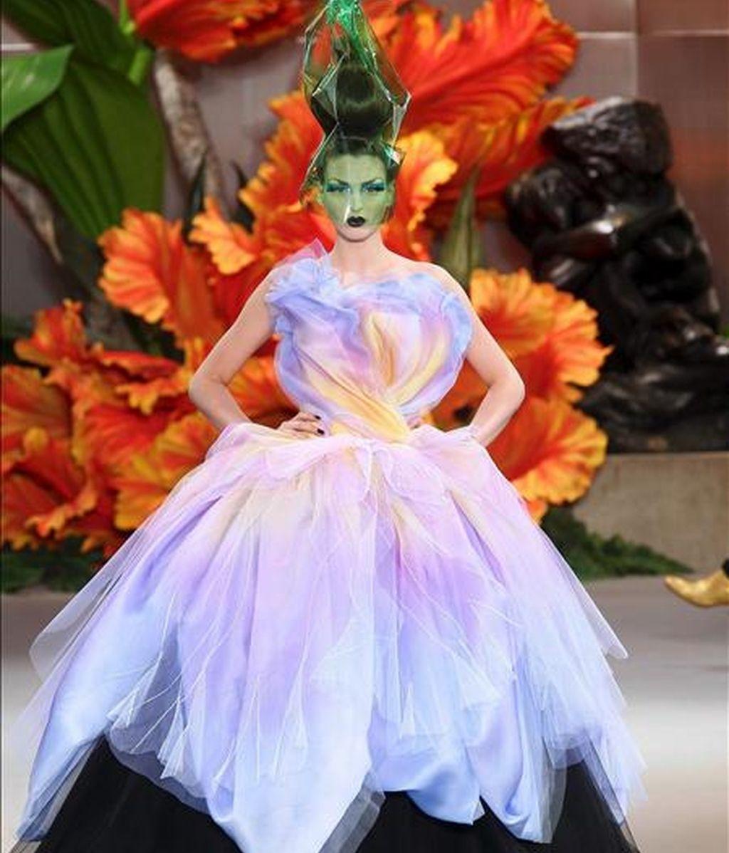 Una modelo desfila por la pasarela con una creación de la casa Christian Dior para la próxima temporada invernal, durante la semana de la alta costura francesa que se celebra en París, Francia, el 5 de julio de 2010. EFE
