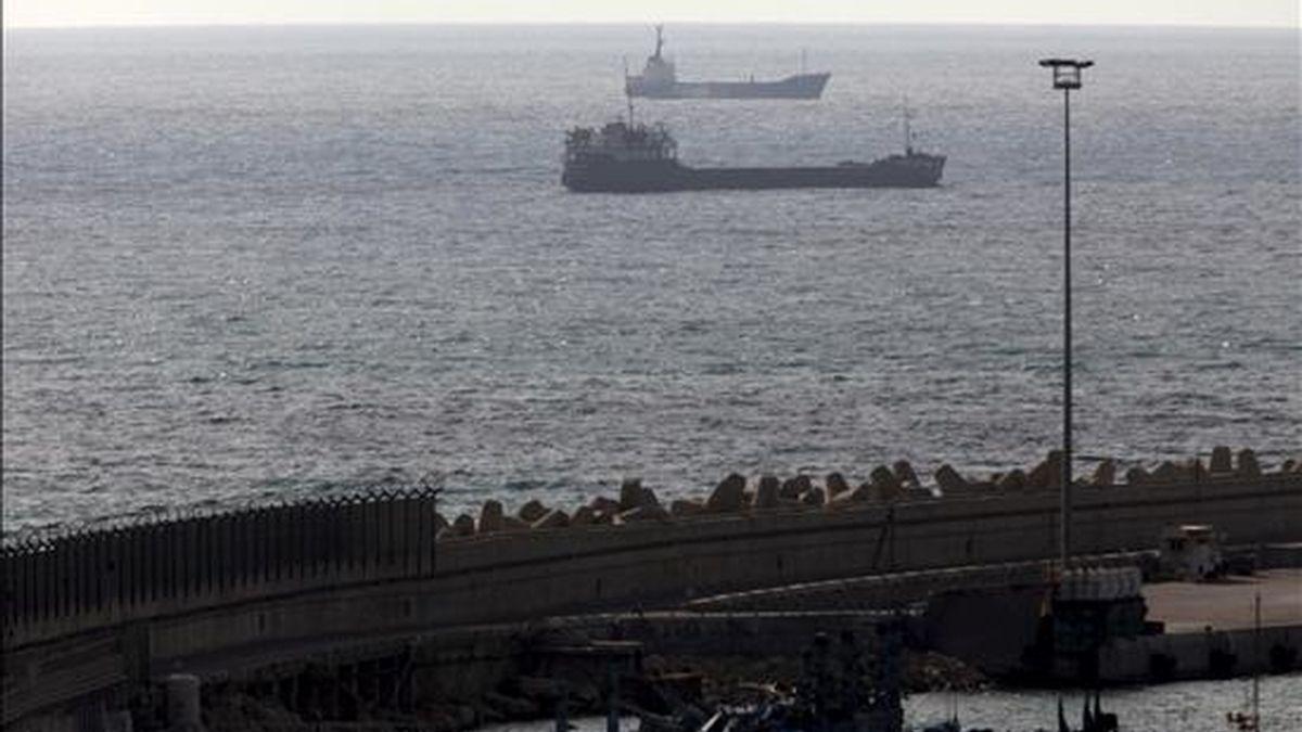 """El barco """"Rachel Corrie"""" (al fondo), de la """"Flotilla de la libertad"""", pilotado por una tripulación del ejército israelí, pasa delante de otro barco el pasado 5 de junio,  mientras se dirige al puerto de Ashdod en el sur de Israel. EFE/Archivo"""