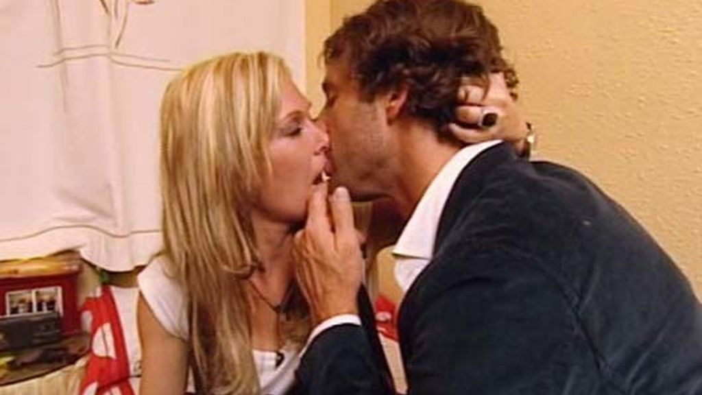 Escassi se besa con Isabel en su casa cuando van a ver a su familia de visita