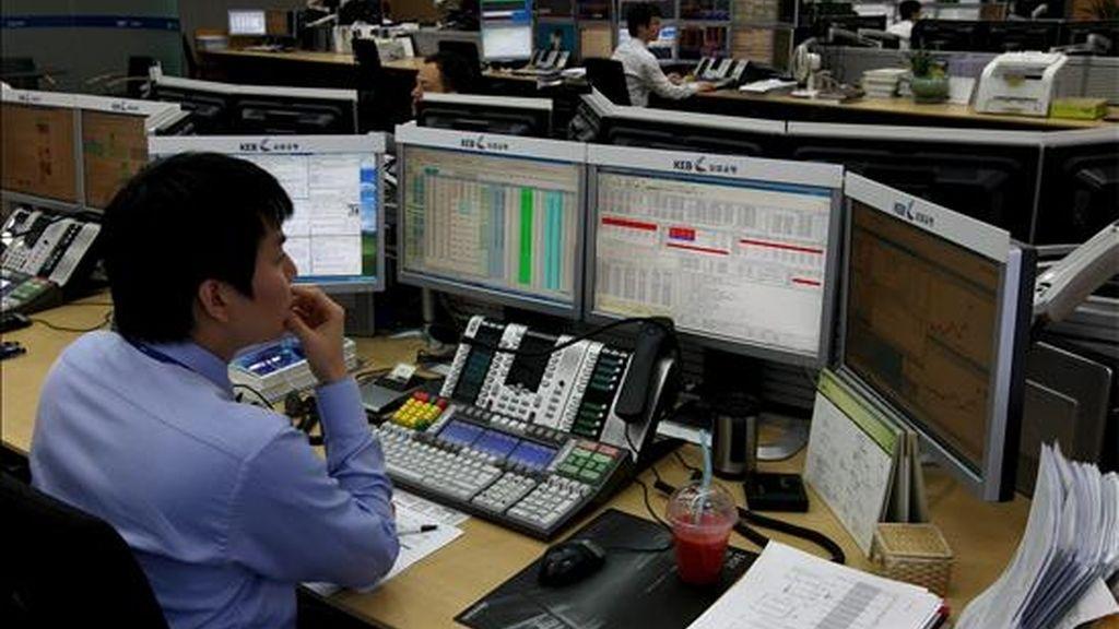 Un agente de la Bolsa de Seúl (Corea del Sur) observa sus monitores durante la jornada. EFE/Archivo