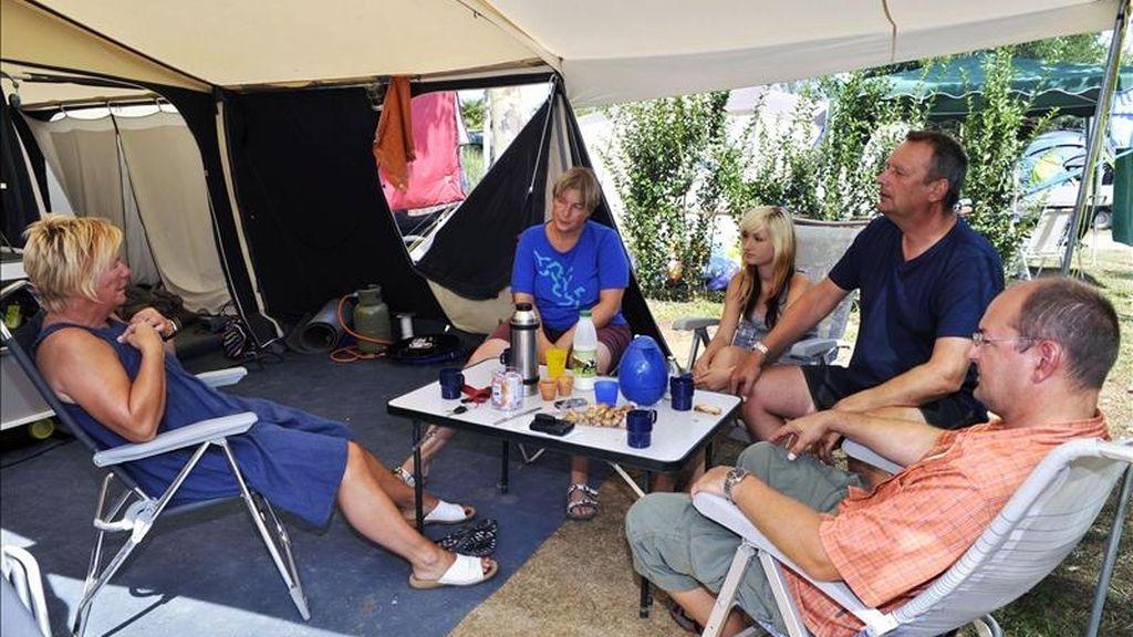 Un grupo de veraneantes reunidos alrededor de sus caravanas en un cámping. EFE/Archivo