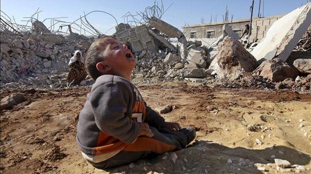 Un niño llora sentado junto a los restos de la vivienda de su familia tras ser destruida por el ejército israelí a primeras horas del 25 de noviembre de 2010 en la localidad de Yatta, cerca de Hebrón, Cisjordania. EFE/Archivo