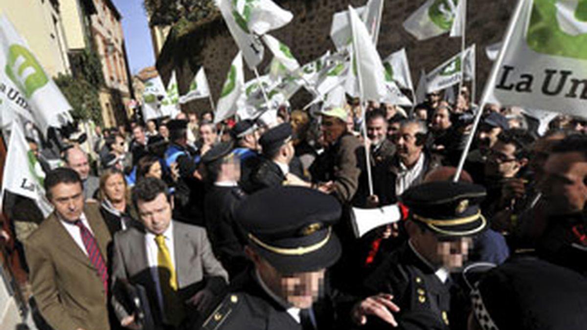 """Los manifestantes se abalanzaron al grito de """"fuera, fuera""""  y """"Puxeu dimisión"""". Vídeo: ATLAS."""