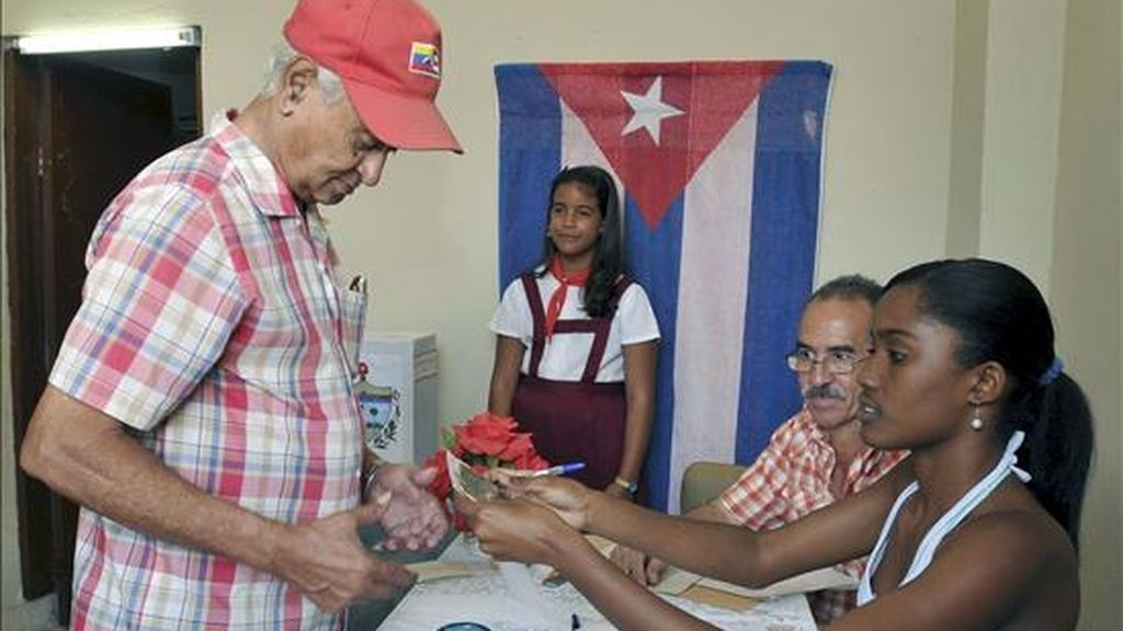 Un hombre ejerce su derecho a voto en La Habana, durante la jornada electoral para renovar a los delegados de las Asambleas Municipales del Poder Popular. EFE