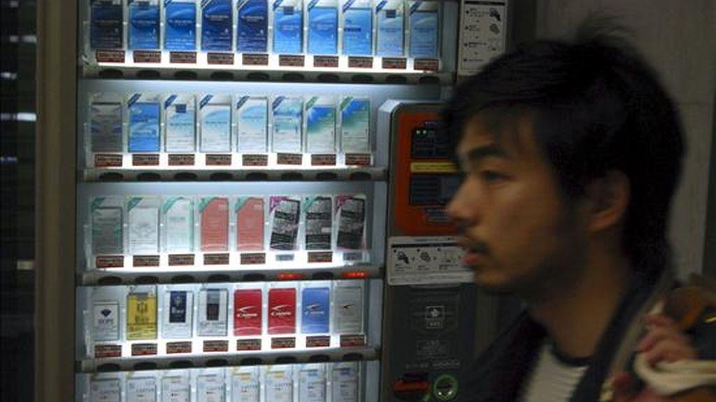 Japón subió hoy cerca de un 40 por ciento el precio del tabaco para ayudar a las arcas del Estado y reducir su elevado número de fumadores, algunos de los cuales han optado por ingenios como el cigarro electrónico en aras de la salud. EFE
