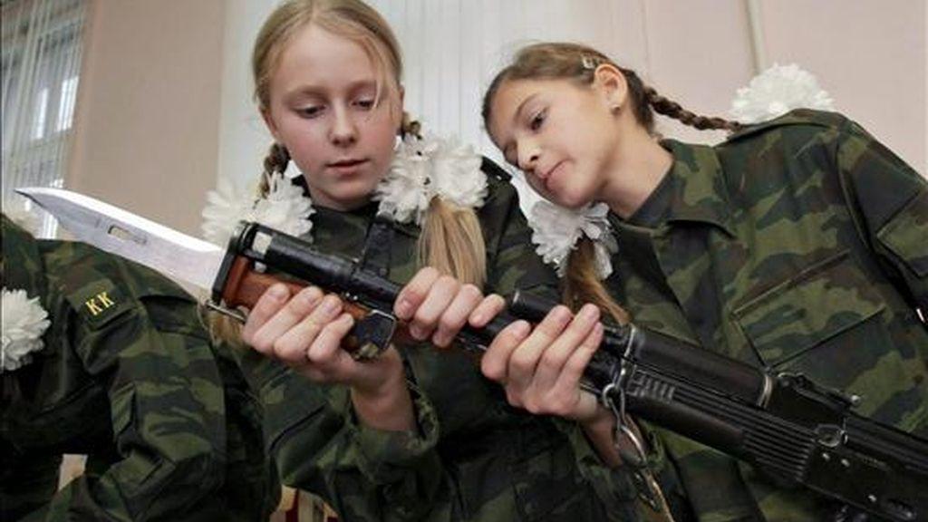 """Fotografía de archivo de una niñas rusas aprendiendo a desmontar un fusil """"Kalashnikov"""" en la escuela femenina """"Número 9"""" de Moscú, Rusia. EFE/Archivo"""