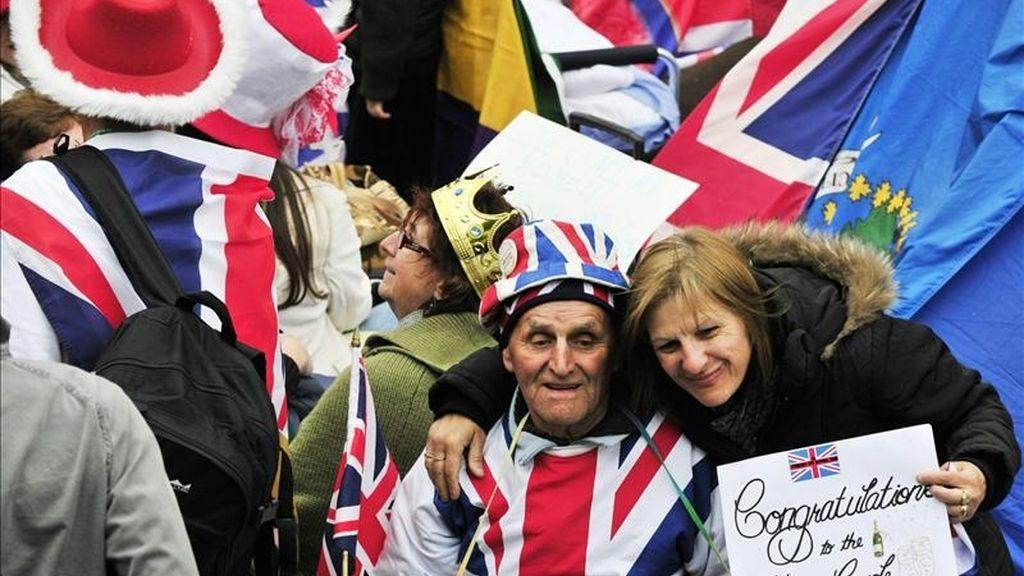 """Los """"fans"""" de la familia Windsor disfrutan del ambiente ante la abadía de Westminster en Londres, Reino Unido, hoy jueves 28 de abril de 2011, a falta de un día de la boda del príncipe Guillermo con Kate Middleton. EFE"""
