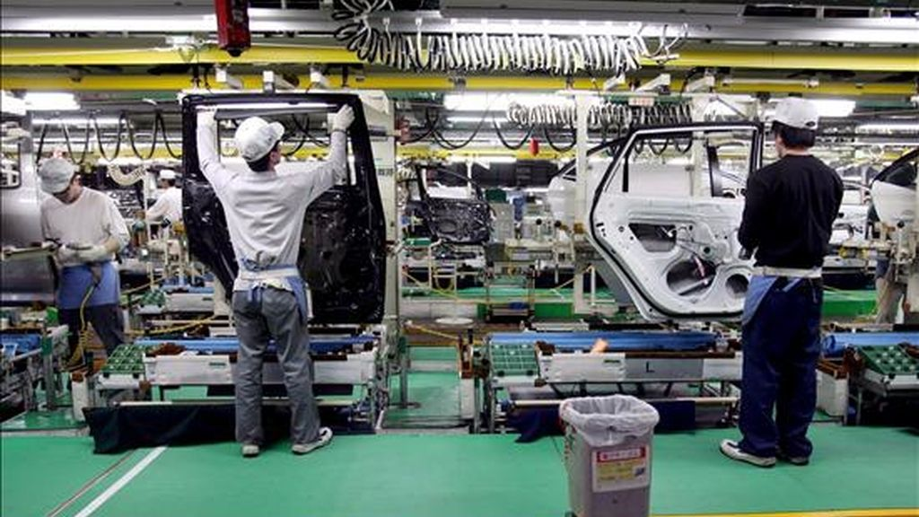 """La dirección y los sindicatos de Nissan han acordado hoy darse """"unas semanas"""" de tiempo para buscar las medidas no traumáticas que permitan dar salida al excedente de mil trabajadores de las plantas de Barcelona, una vez cerrado el plan de bajas voluntarias y prejubilaciones. EFE/Archivo"""