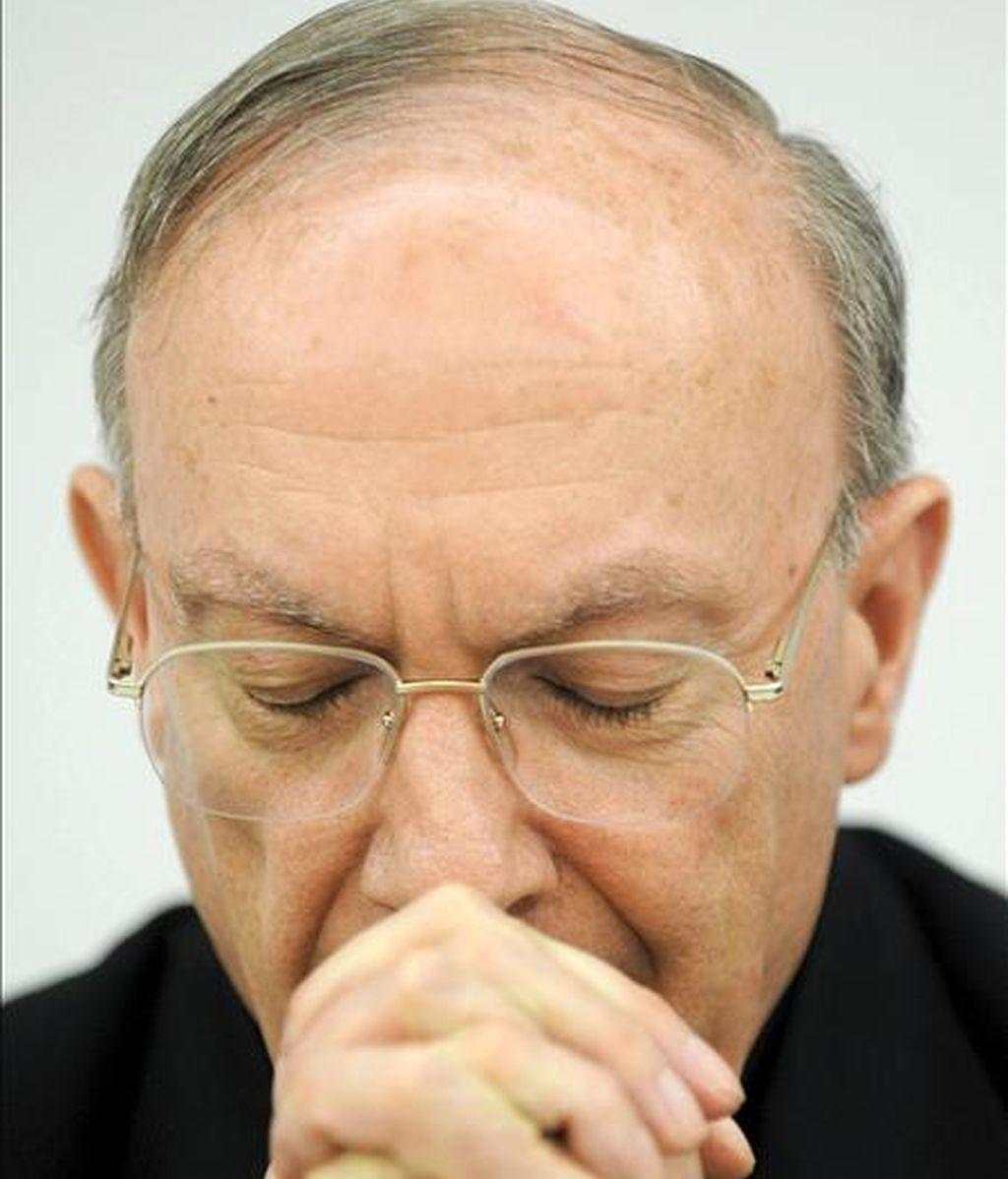 El arzobispo de Malinas-Bruselas, jefe de los obispos belgas, Andre Joseph Leonard, durante una rueda de prensa sobre el cese al obispo de Brujas (Bélgica), Roger Joseph Vangheluwe, de 74 años, por abusar sexualmente de un joven belga cuando era sacerdote. EFE