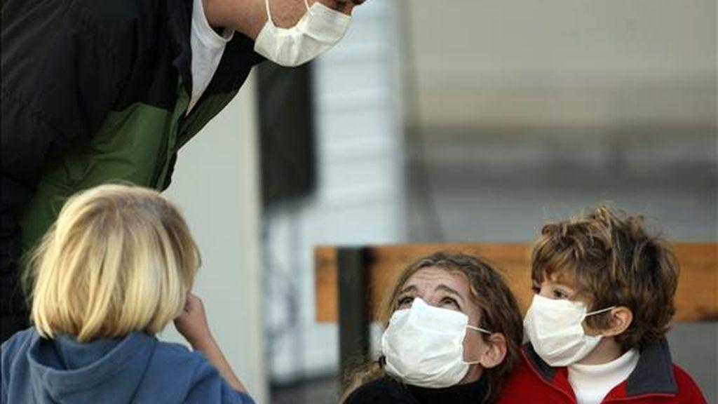 Una familia espera para ser atendida en un hospital en Buenos Aires, donde se tratan los casos de pacientes con gripe EFE