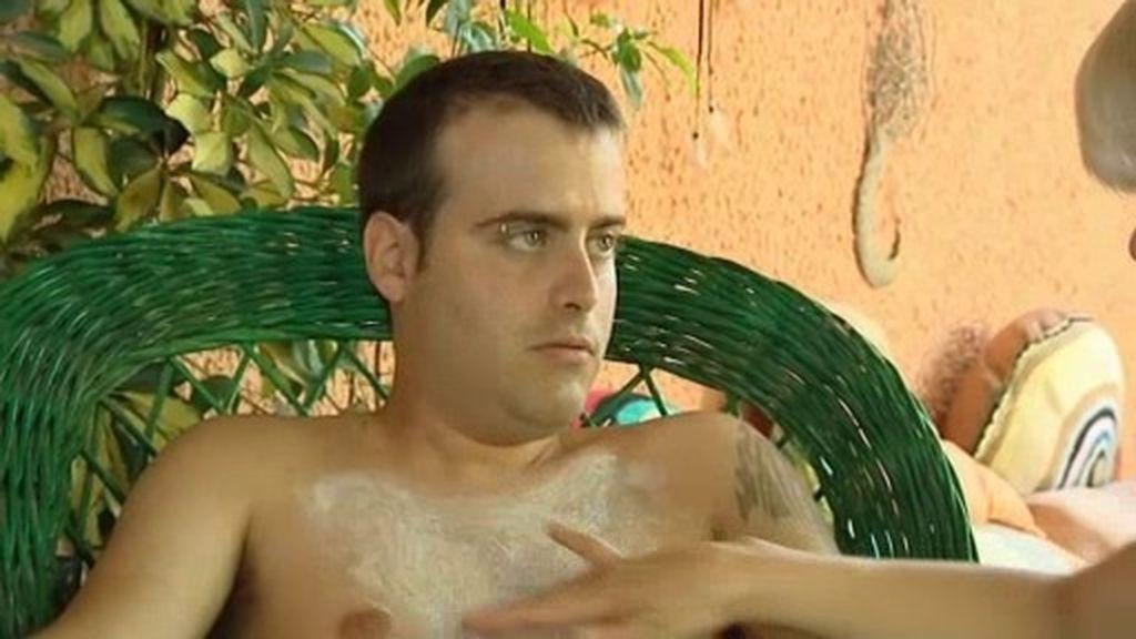 Sesión de belleza para Víctor: su madre le corta las uñas y le depila el pecho
