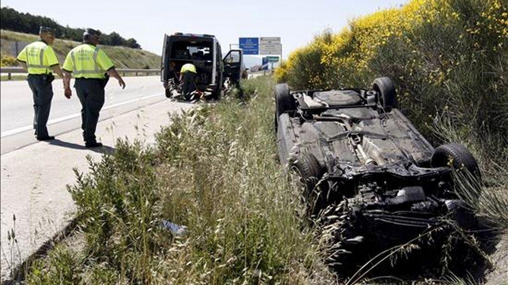 Estado en el que quedó el vehículo donde viajaba un varón de unos 40 años que falleció en un accidente de tráfico en el término municipal de Zizur Menor. EFE/Archivo