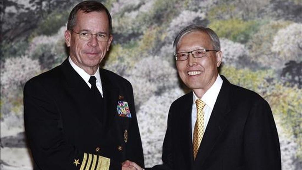 El jefe del Estado Mayor Conjunto de EEUU, Mike Mullen (i), y el primer viceministro de Relaciones Exteriores surcoreano, Shin Kak-Soo (d), se saludan hoy, 8 de diciembre de 2010, después de una reunión sostenida en Seúl (Corea del Sur). EFE