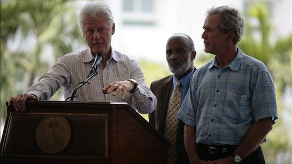 Los ex presidentes estadounidenses Bill Clinton (i) y George W. Bush (d) ofrecen una rueda de prensa conjunta con el presidente de Haití, René Preval (c), en los jardines del palacio presidencial de Puerto Príncipe (Haití). EFE