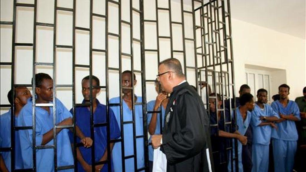 Presuntos piratas somalíes permanecen tras las rejas de un tribunal en la ciudad de Aden, en Yemen. EFE/Archivo