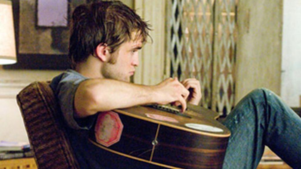 Robert Pattinson toca la guiarra en una escena de la película 'Remember Me'.