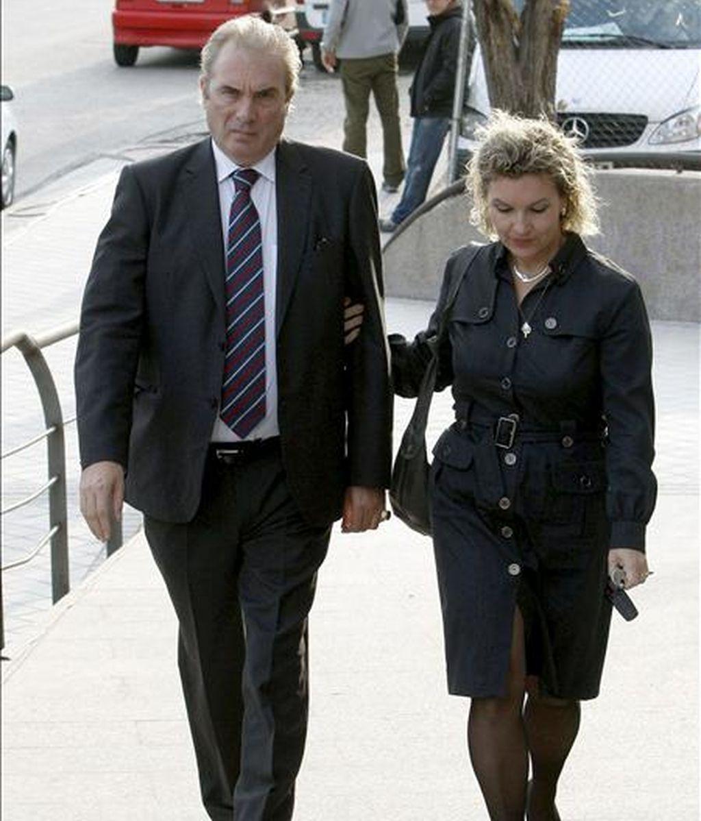 El profesor Jesús Neira, acompañado de su mujer, Isabel Cepeda, a su llegada al Juzgado de Instrucción número 4 de Majadahonda (Madrid), donde ha sido citado a declarar. EFE