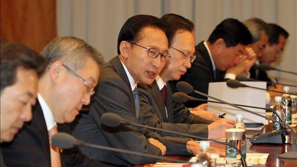 El presidente surcoreano, Lee Myung-bak (3i), dirige una reunión de emergencia hoy con oficiales de seguridad y ministros de economía tras el ataque de Corea del Norte, en Seúl (Corea del Sur). EFE