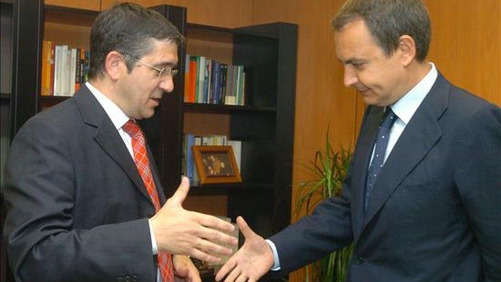 El presidente del Gobierno, José Luis Rodríguez Zapatero (d), saluda al lehendakari, Patxi López. EFE/Archivo