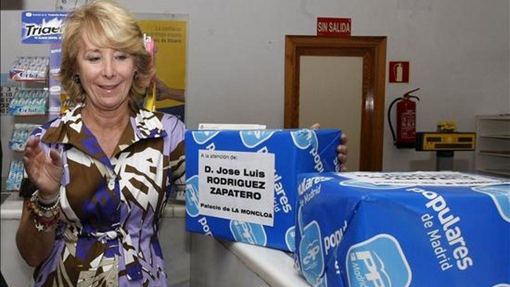 La presidenta de la Comunidad de Madrid, Esperanza Aguirre, envió hoy al Gobierno las 410.000 firmas que el PP ha recogido contra la subida de dos puntos del IVA después de tres meses de campaña, desde una oficina de correos de la localidad madrileña de Humanes, donde presidió el Comité de Dirección del PP de Madrid. EFE