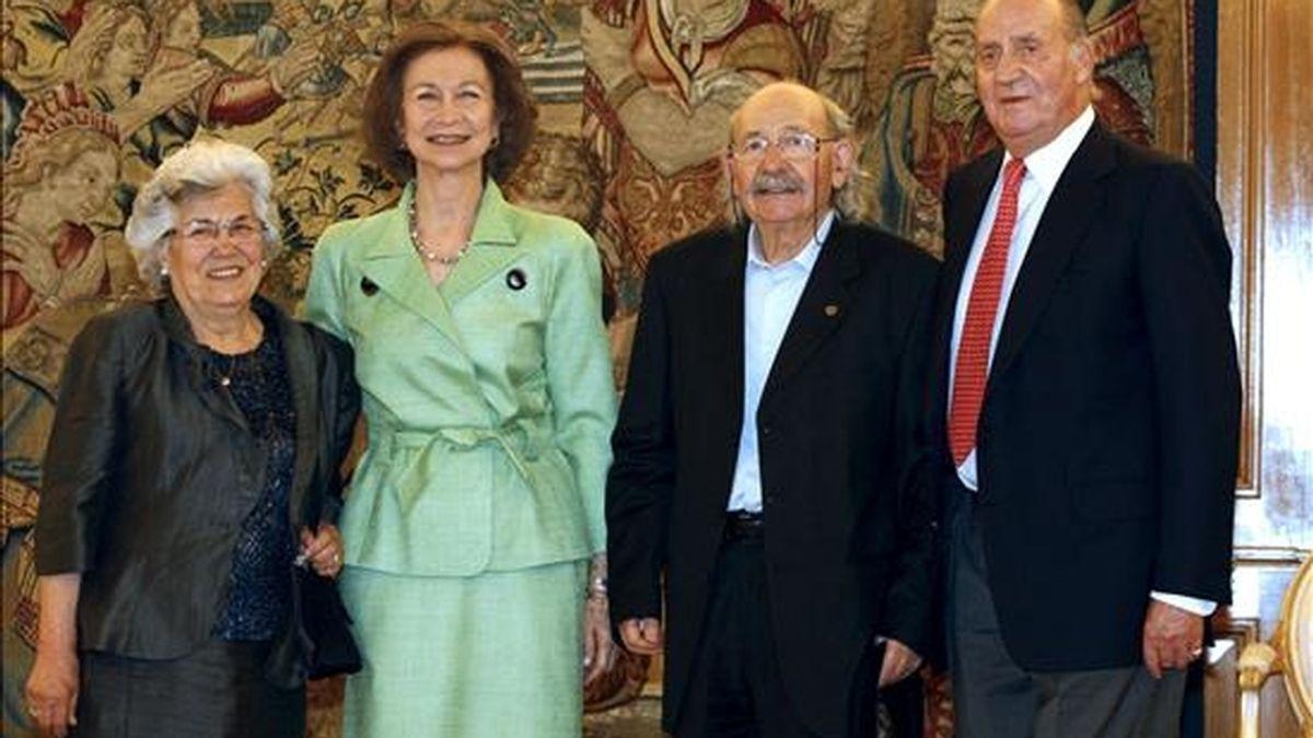 Los Reyes, junto al pintor y escultor Agustín Ibarrola y su esposa, Mari Luz Bellido, durante la audiencia que les ofrecieron hoy en el Palacio de la Zarzuela. EFE