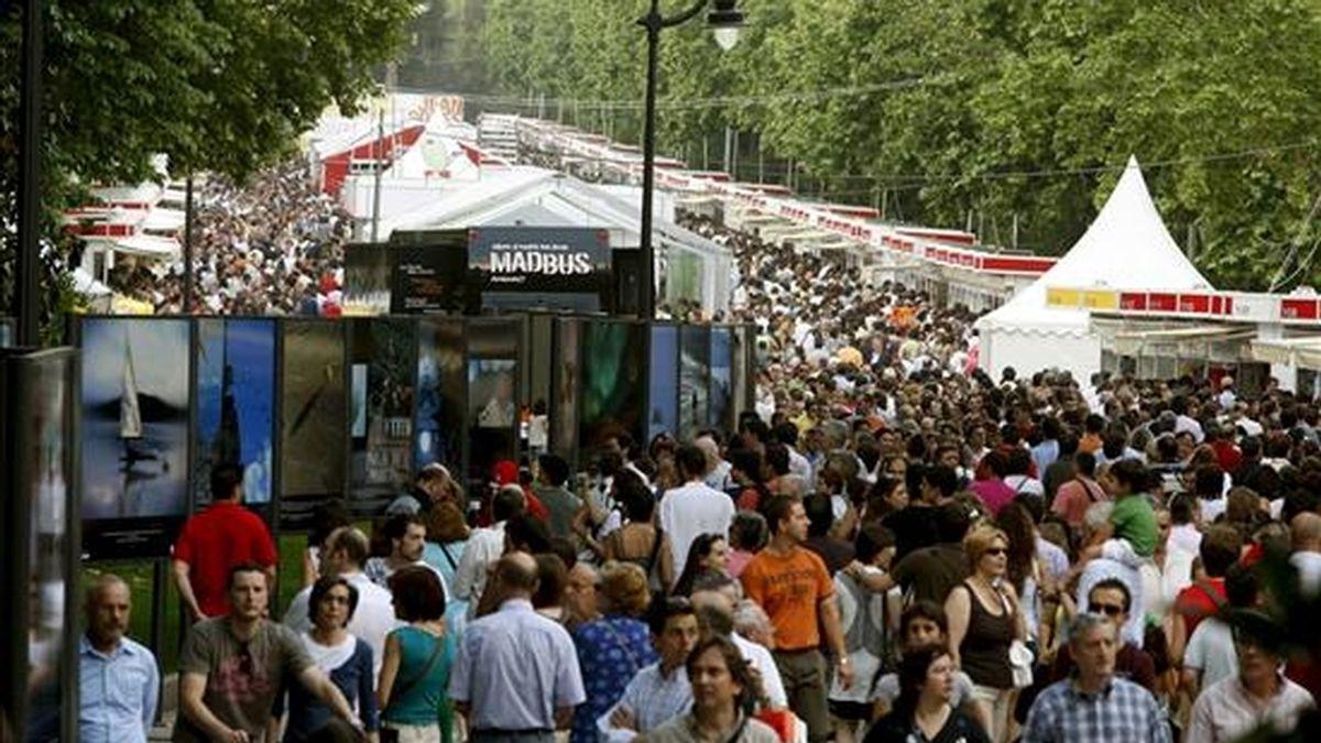 Miles de asistentes pasean durante el primer fin de semana de la Feria del Libro de Madrid, que se celebra hasta el próximo 14 de junio en el Parque del Retiro y en el que se dan cita 373 expositores y 121 librerías en siete pabellones que albergarán 350 actividades. EFE