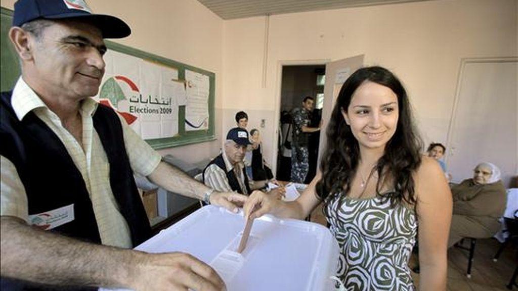Una mujer libanesa ejerce su derecho al voto, hoy en las elecciones parlamentarias libanesas en un colegio electoral de Beirut (Líbano). EFE