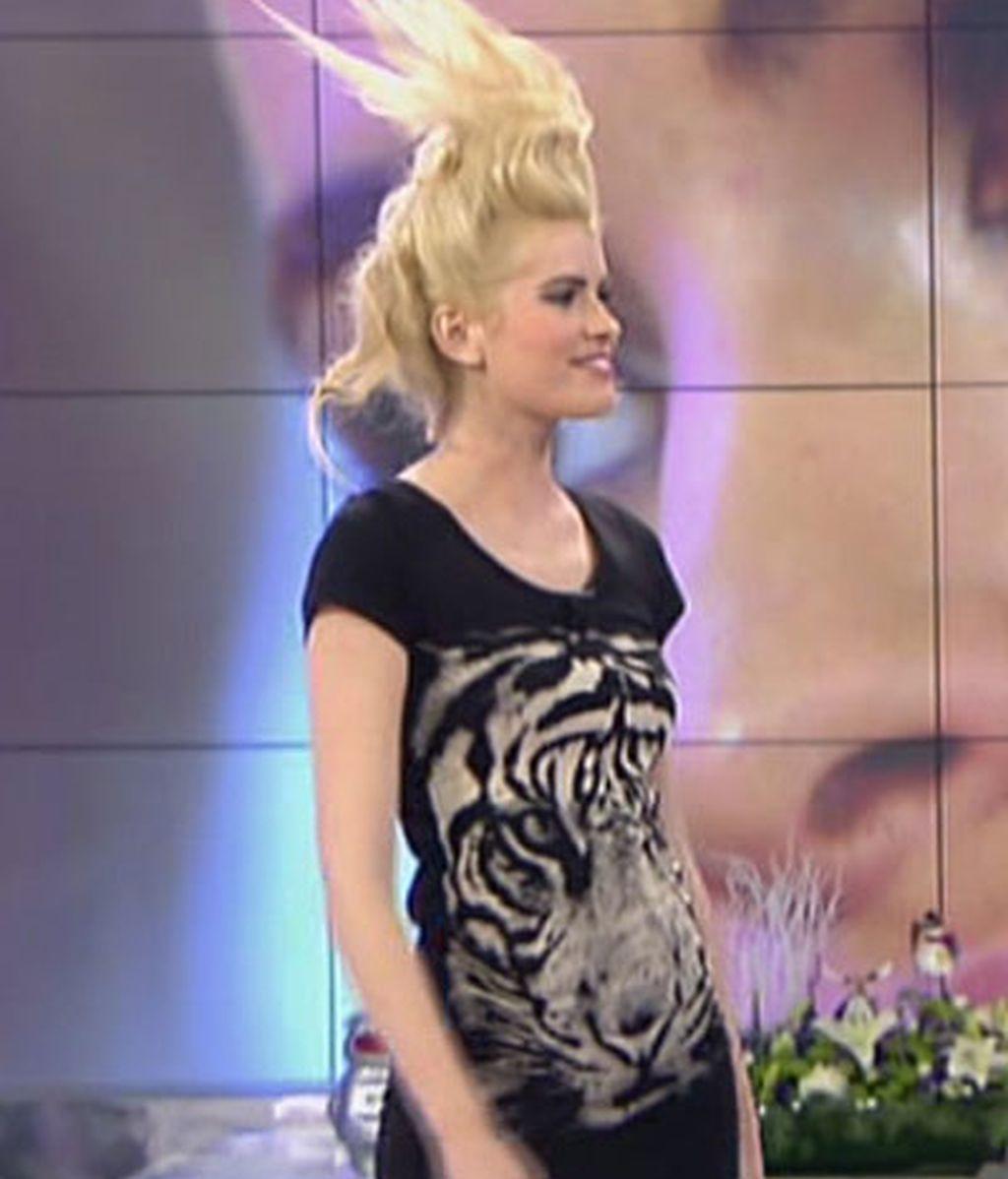 Adriana y su estrambótico peinado