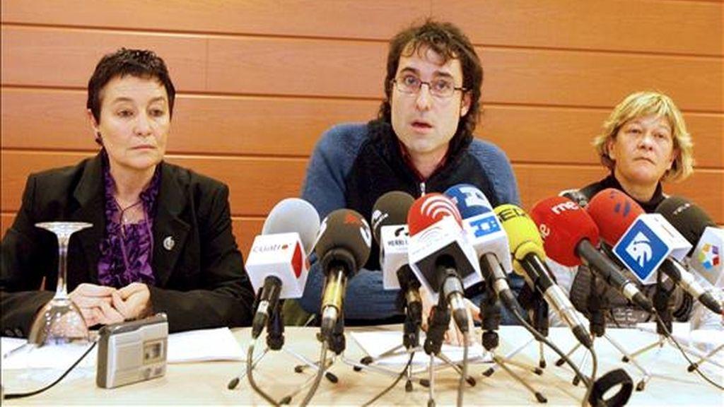 Los abogados Jone Goirizelaia (i), Arantza Zulueta (d) y Julen Arzuaga (c), durante la rueda de prensa que ofrecieron hoy en Bilbao, en la que han instado al Tribunal Constitucional a que en su decisión sobre las candidaturas de Askatasuna y Demokrazia 3 Milioi (D3M), anuladas por el Supremo, tome en consideración un reciente informe de la ONU y no adopte una resolución que vulnere derechos fundamentales. EFE