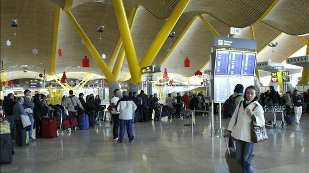 Viajeros esperan su turno para acceder a los mostradores en la Terminal 4 del aeropuerto de Barajas. EFE/Archivo