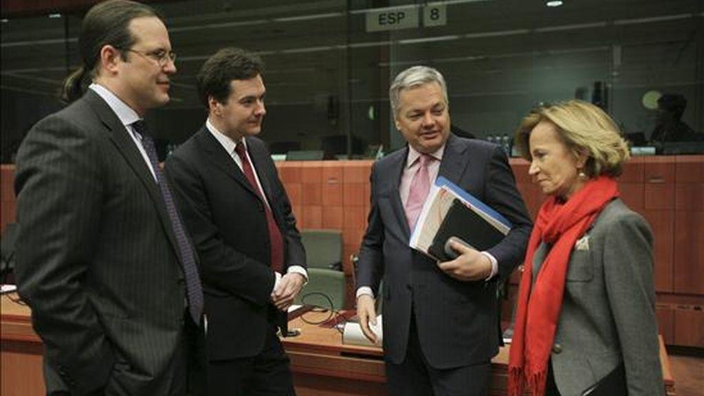 (i-d) Los ministros de Finanzas de Suecia, Anders Borg; Reino Unido, George Osborne; Bélgica, Didier Reynders y España, Elena Salgado, durante la reunión extraordinaria de los ministros europeos de Finanzas hoy en Bruselas. EFE